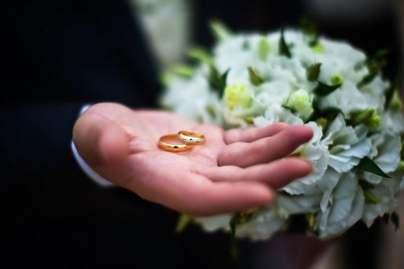 Свадебная фотография просто рука - просто кольца