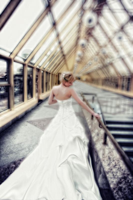 Свадебная фотография на мосту